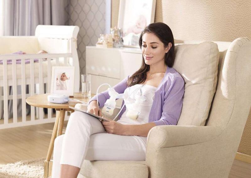 Máy hút sữa bằng điện thì đắt hơn nhưng mẹ sẽ không bị mỏi tay vì máy hút tự động