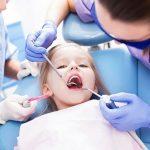Bác sỹ nha khoa cảnh báo 2 trường hợp bố mẹ không nên tự nhổ răng sữa cho con tại nhà