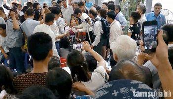 Cả ngàn người đội mưa chờ thầy Bùi Văn Tịnh chữa bệnh câm điếc và hiệu quả bất ngờ