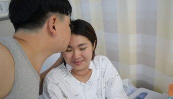 Cảm động người đàn ông 22 năm không dám ốm vì chăm vợ bại liệt