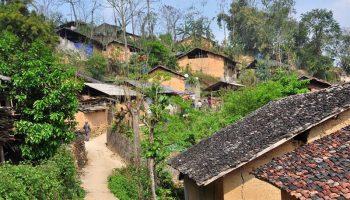 """Kinh dị người dân ở """"ngôi làng ma"""" cứ gặp nắng là mặt biến dạng"""