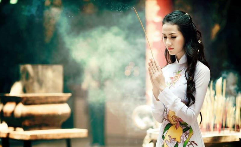 Mơ thấy tự nhiên giữa tháng không phải ngày cũng đi lễ chùa là cực may bởi bạn sẽ mạnh khỏe hơn người, bình an vô sự, mọi việc hanh thông