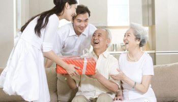 Nên mua quà gì để biếu bố mẹ đôi bên?
