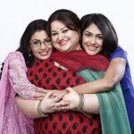 Hình ảnh 3 mẹ con nhà Arora (bên trái là người chị Pragya, giữa là mẹ Arora, bên phải là cô em gái Bulbul)