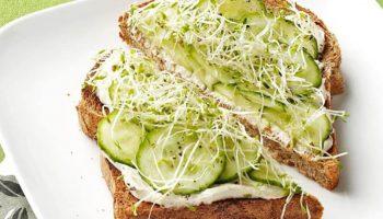 Bánh mì sandwich nhân trái bơ cho bữa sáng ngày chay