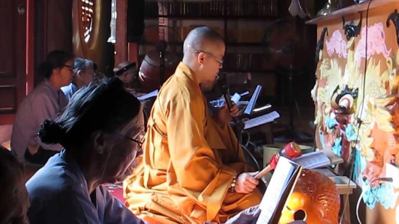 Bà cụ năng đọc kinh Phật