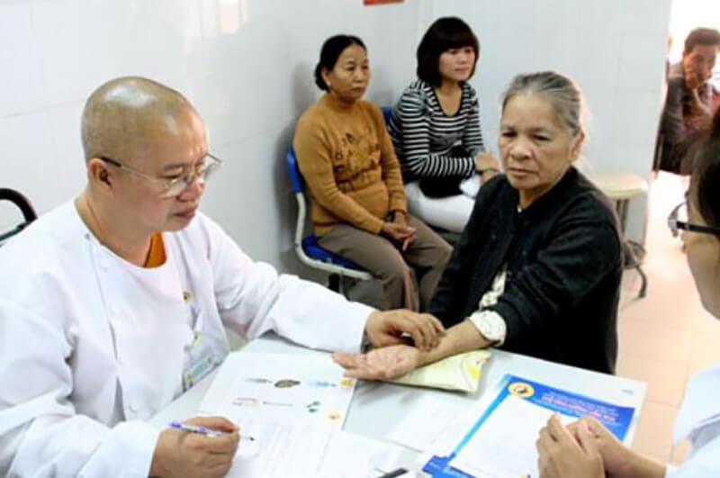 Sau nhiều nghiên cứu thẩm định thì y sinh Tuệ Lâm chia sẻ bài thuốc từ lá hẹ dễ áp dụng đến mọi người