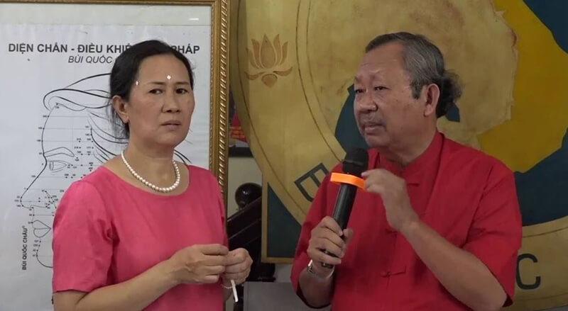 TSKH. Bùi Quốc Châu đang biểu diễn sử dụng Diện Chẩn để chữa bệnh