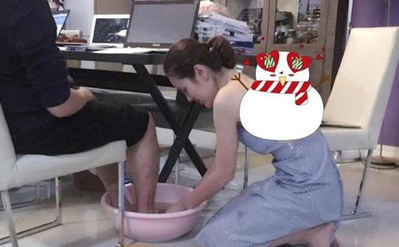 vợ rửa chân cho chồng