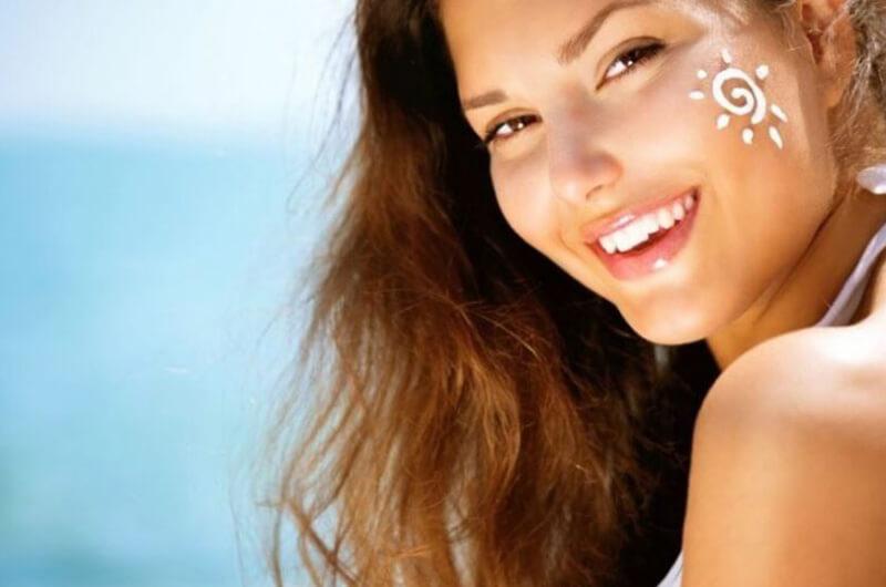 Sử dụng kem chống nắng là một thói quen tốt để bảo vệ da